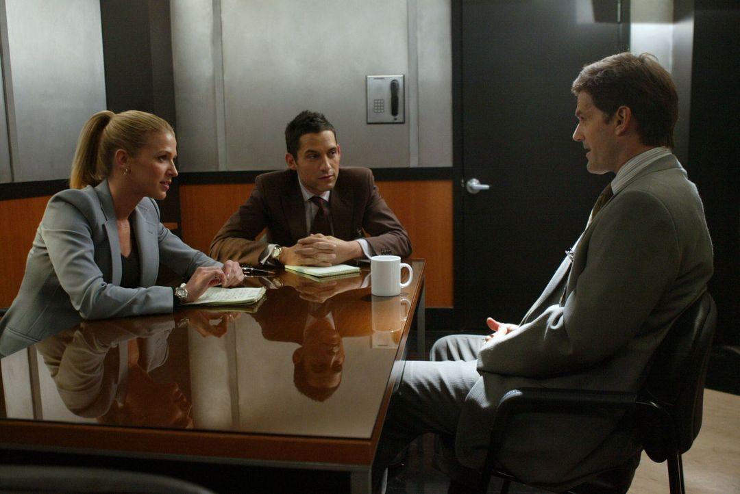 Samantha Spade (Poppy Montgomery, l.) und ihr Kollege Danny Taylor (Enrique Murciano, M.) befragen Alan (D. W. Moffett, r.), der angeblich eine Affä... - Bildquelle: Warner Bros. Entertainment Inc.