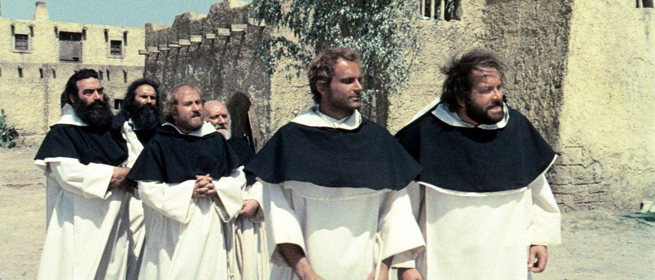 Mit der Zeit fühlen sich die beiden Banditen der 'Kleine' (Bud Spencer, r.) und der 'müde Joe' (Terence Hill, 2.v.l.) in ihren Mönchskutten richt... - Bildquelle: AVCO Embassy Pictures