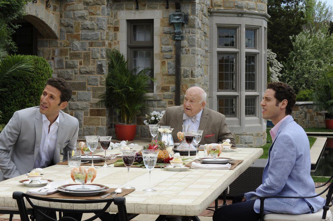 Während es Hank (Mark Feuerstein, l.) schwerfällt mit seinem Großvater ein Verhältnis aufzubauen, scheinen sich Ted (Edward Asner, M.) und Evan (Pau... - Bildquelle: Barbara Nitke 2011 Open 4 Business Productions, LLC. All Rights Reserved.
