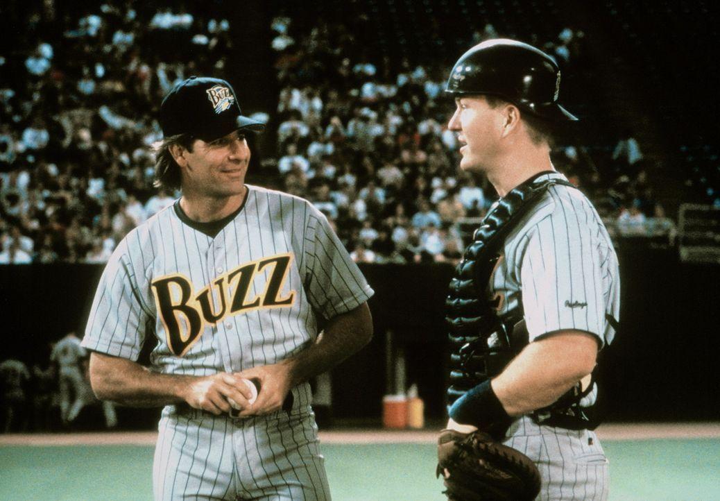 Baseballprofi Gus Cantrell (Scott Bakula, l.) erhält das scheinbar reizvolle Angebot, Catcher Rube (Eric Bruskotter, r.) und seine Mannschaft zu tr... - Bildquelle: Warner Bros.