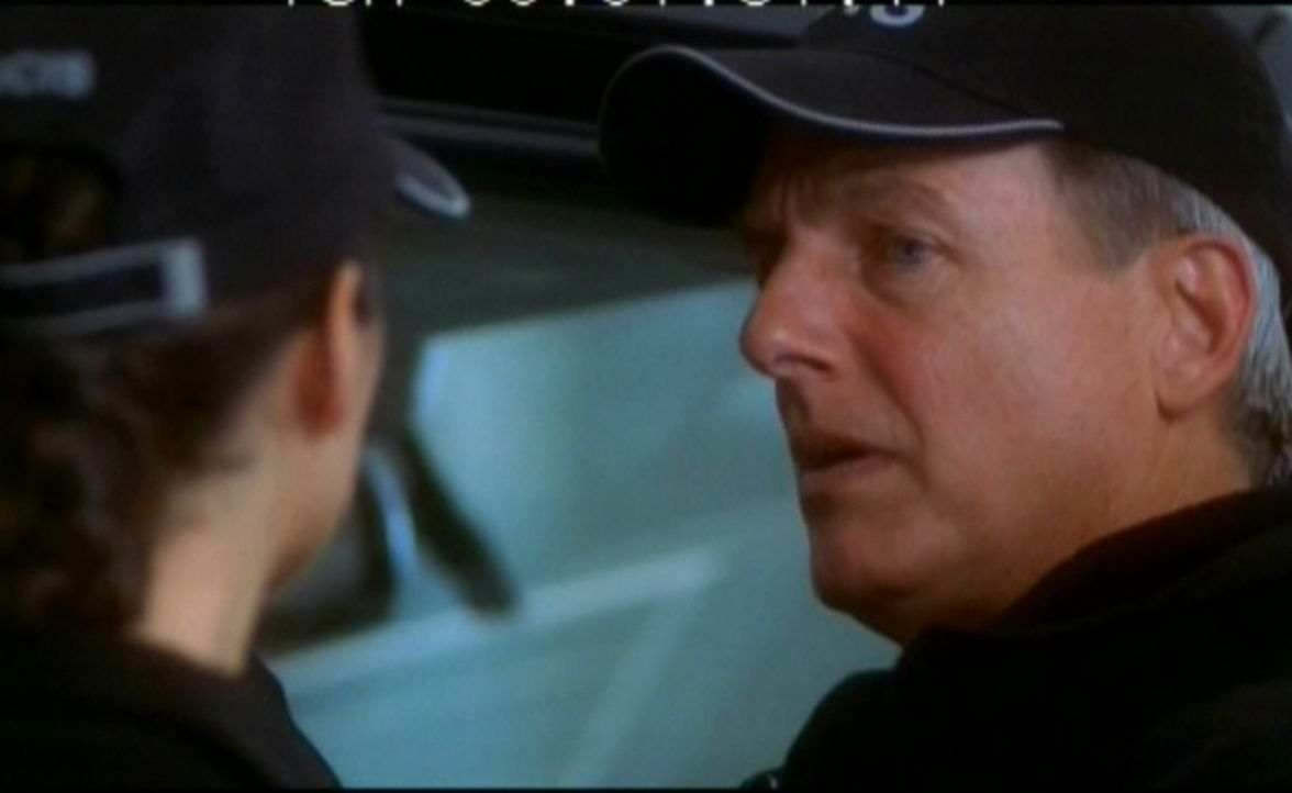 Leroy Gibbs (Mark Harmon, r.) und Ziva David (Cote de Pablo, l.) sichern die Spuren am Tatort. - Bildquelle: CBS Television
