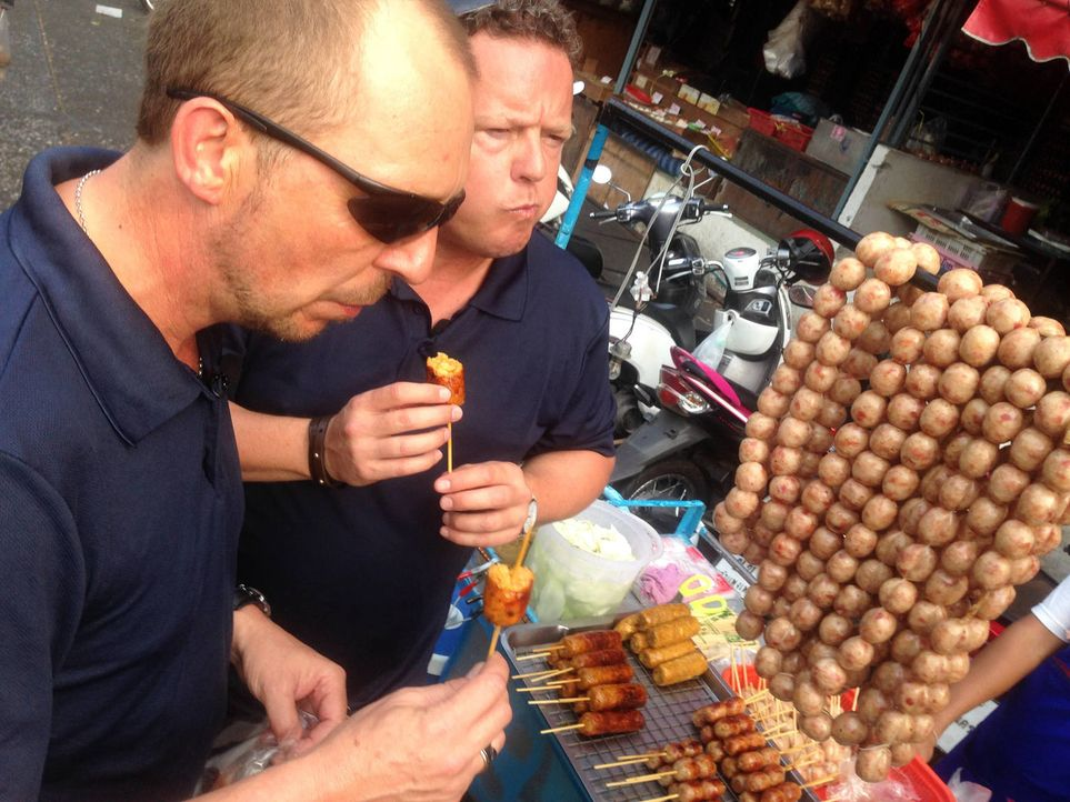 Toto (r.) und Harry (l.) besuchen das Thailändische Neujahrsfest - nicht zum Spaß, sondern als Unterstützung für ihre Thailändischen Kollegen ... - Bildquelle: kabel eins