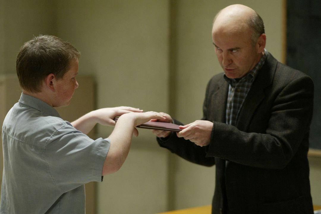 Nicht nur Dewey lässt sich bei Mr. Sheridan (Matt Malloy, r.) testen, um in eine spezielle Klasse zu kommen ... - Bildquelle: TM +   2000 Twentieth Century Fox Film Corporation. All Rights Reserved.