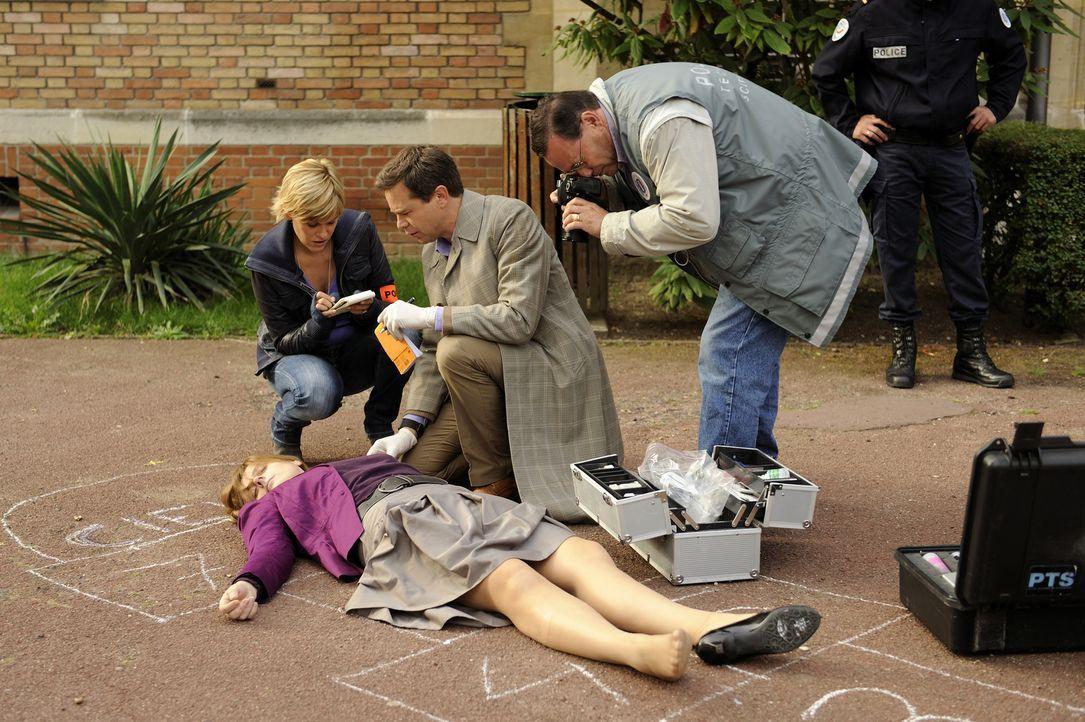 Eine junge Lehrerin wird ermordet auf dem Schulhof ihrer Schule aufgefunden. Fred (Vanessa Valence, l.) und der Doc (Guillaume de Tonquedec, M.) geb... - Bildquelle: 2008 - Beaubourg Audiovisuel/BeFilms/RTBF (Télévision Belge)