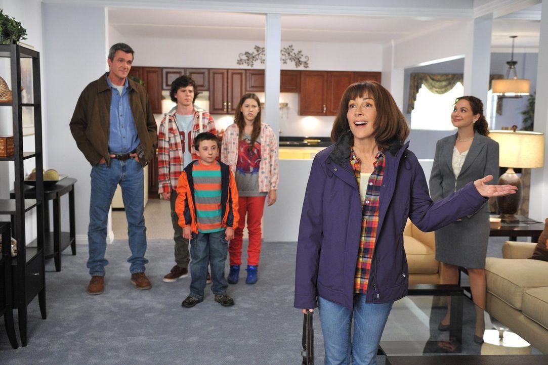 Weil in ihrem Haus nichts mehr richtig funktioniert, schleppt Frankie (Patricia Heaton, 2.v.r.) ihre Familie (Neil Flynn, l., Charlie McDermott, 2.v... - Bildquelle: Warner Brothers