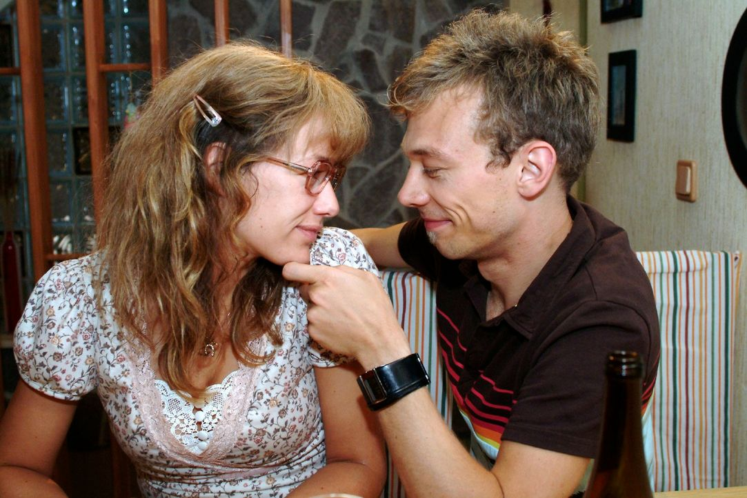 Zwei, die sich sehr gern haben: Lisa (Alexandra Neldel, l.) und Jürgen (Oliver Bokern, r.). (Dieses Foto von Alexandra Neldel darf nur in Zusammenh... - Bildquelle: Monika Schürle Sat.1
