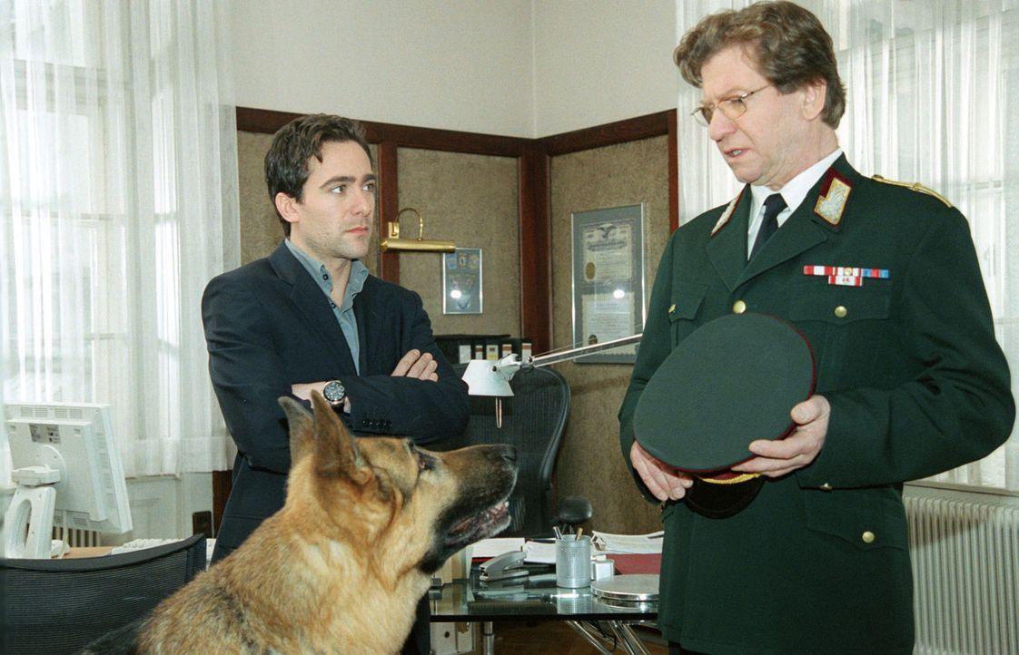 Rex wird, weil er unter Mordverdacht steht, von Dr. Wehner (Erwin Ebenbauer, r.) von Dienst suspendiert. Kommissar Hoffmann (Alexander Pschill, l.)... - Bildquelle: Ali Schafler Sat.1