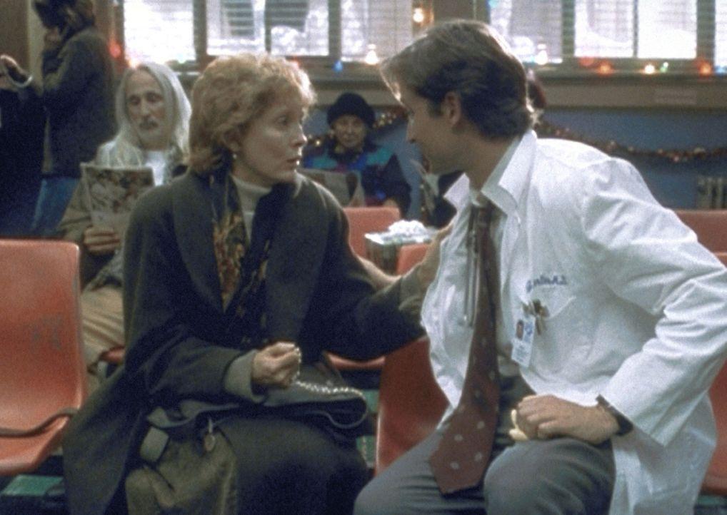 Mrs. Richards (Laurie O'Brien, l.) fleht Carter (Noah Wyle, r.) an, alles für ihren 18-jährigen Sohn zu tun, dessen Herz vor 40 Minuten aufgehört ha... - Bildquelle: TM+  2000 WARNER BROS.