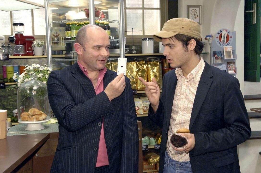 Als Michail Petrow (Manfred Olek Witt, l.) in Lars' Coffeeshop auftaucht, wittert Maik (Sebastian König, r.) eine Chance, schnelles Geld zu machen. - Bildquelle: Claudius Pflug Sat.1