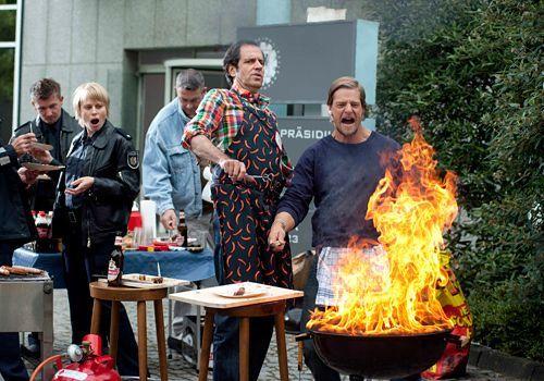 Polizeiinterner Grillwettbewerb: Während Ferchert (Helmfried von Lüttichau) auf Tofu-Würstchen baut, startet Mick (Henning Baum, r.) mit klassisc... - Bildquelle: Martin Rottenkolber - Sat1
