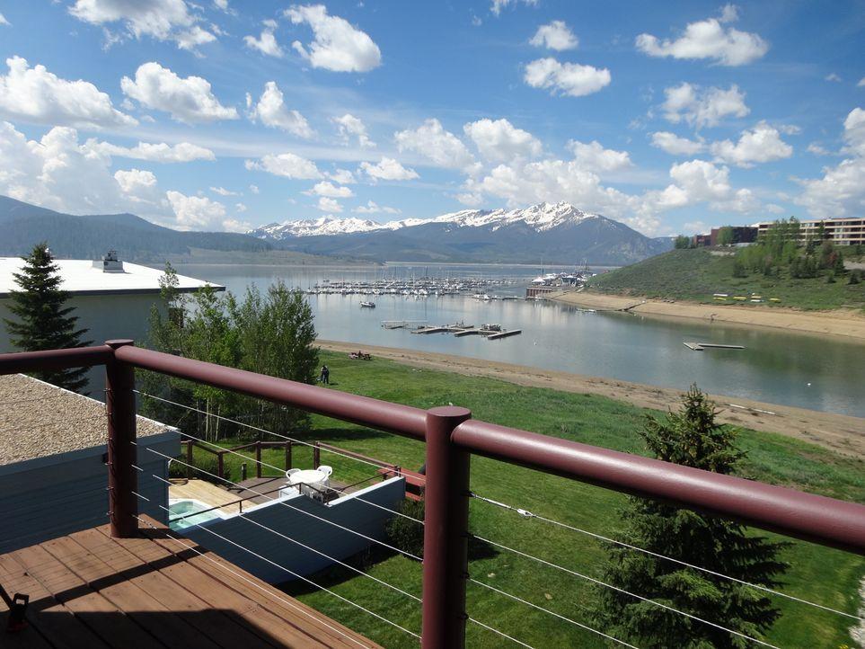 Der perfekte Blick auf den See in Dillon, Colorado, spielt eine große Rolle auf der Suche nach einem passenden Haus. - Bildquelle: 2014, HGTV/Scripps Networks, LLC. All Rights Reserved.