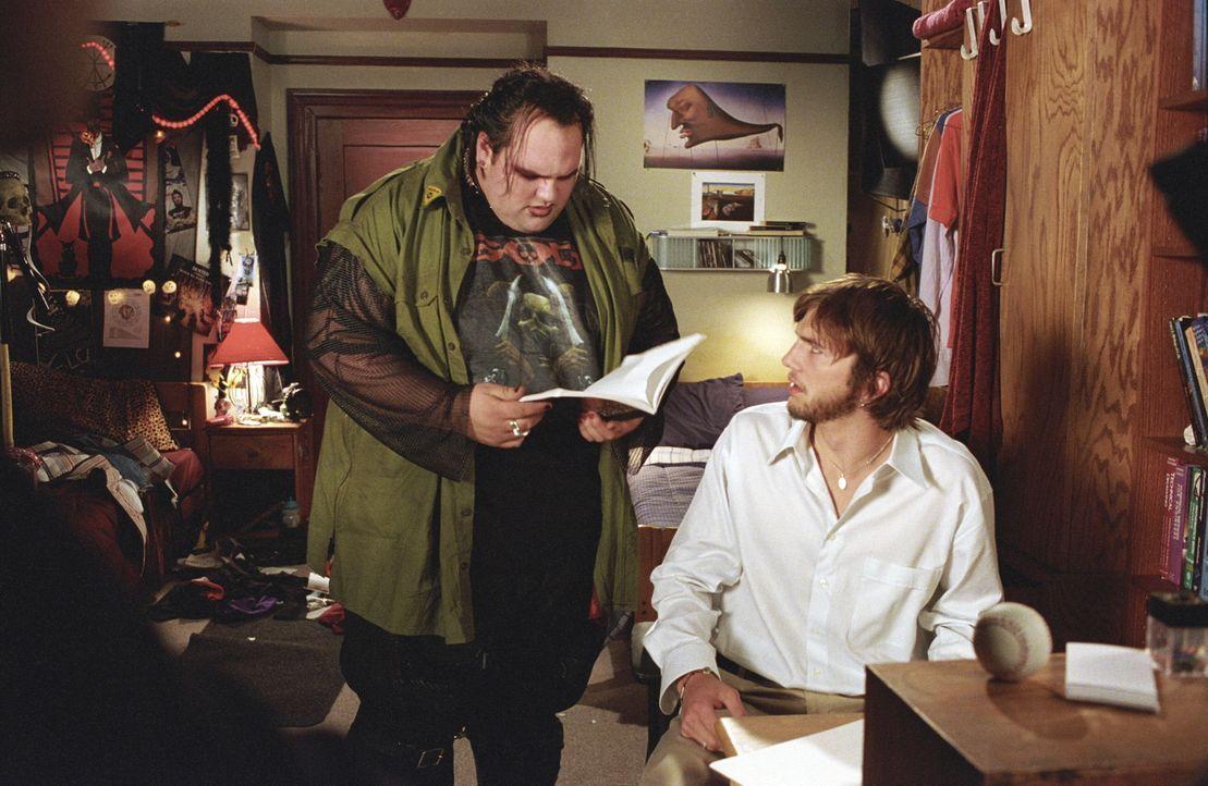 Thumper (Ethan Suplee, l.), Evans (Ashton Kutcher, r.) Mitbewohner, kann das Geschehene noch nicht ganz nachvollziehen ... - Bildquelle: Warner Brothers
