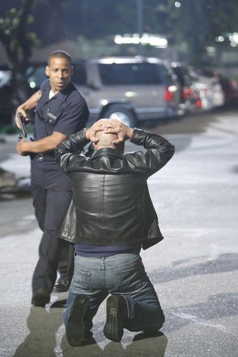 Der Cop (Brennan Feonix, l.) erkennt den flüchtigen Shane nicht und hält Mackey (Michael Chiklis, r.) fest. Ob Shane davonkommt ... - Bildquelle: 2007 Twentieth Century Fox Film Corporation. All Rights Reserved.