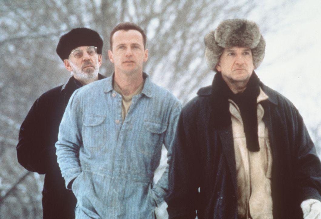 Monatelang arbeiten CIA-Agent Shaw (Donald Sutherland, l.) und Amos (Ben Kingsley, r.) daraufhin, Annibal Ramirez (Aidan Quinn, M.) zu einer perfekt... - Bildquelle: Sony Pictures Entertainment