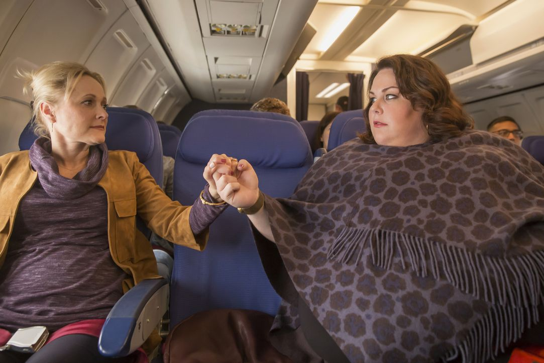 Kate (Chrissy Metz, r.) ist auf dem Weg zum Thanksgivingsessen bei Randall, doch auf dem Flug kommt es zu Turbulenzen. Kate realisiert wie kurz das... - Bildquelle: Ron Batzdorff 2016-2017 Twentieth Century Fox Film Corporation.  All rights reserved.   2017 NBCUniversal Media, LLC.  All rights reserved.