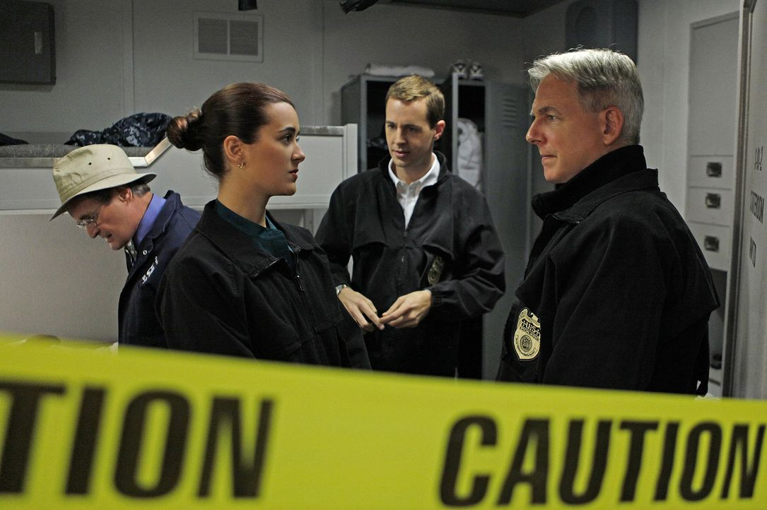 Bei den Ermittlungen in einem neuen Mordfall: Ducky (David McCallum, l.), Ziva (Cote de Pablo, 2.v.l.), McGee (Sean Murray, 2.v.r.) und Gibbs (Mark... - Bildquelle: CBS Television