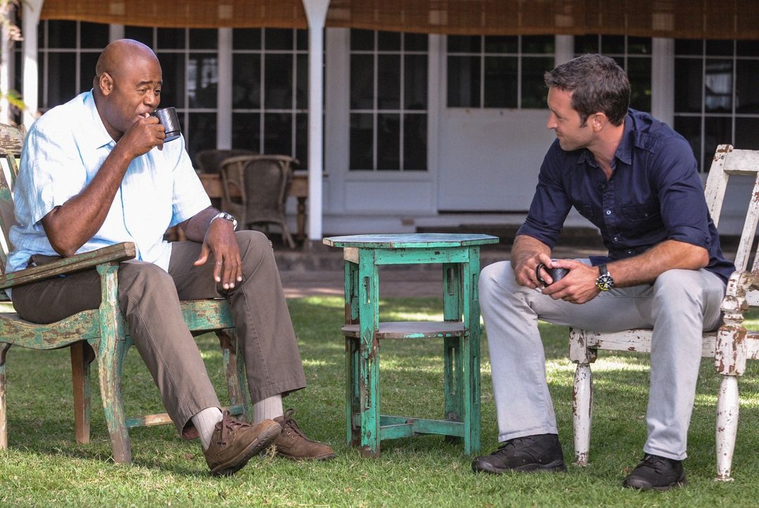 Männergespräche: Grover (Chi McBride, l.) und Steve (Alex O'Loughlin, r.) ... - Bildquelle: 2013 CBS Broadcasting Inc. All Rights Reserved
