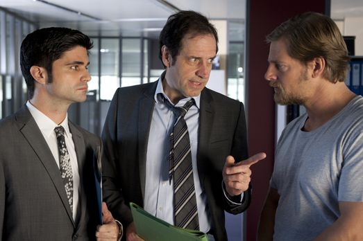 Als Mick (Henning Baum, r.) dem Staatsanwalt die Tatverdächtige ersten Ranges...