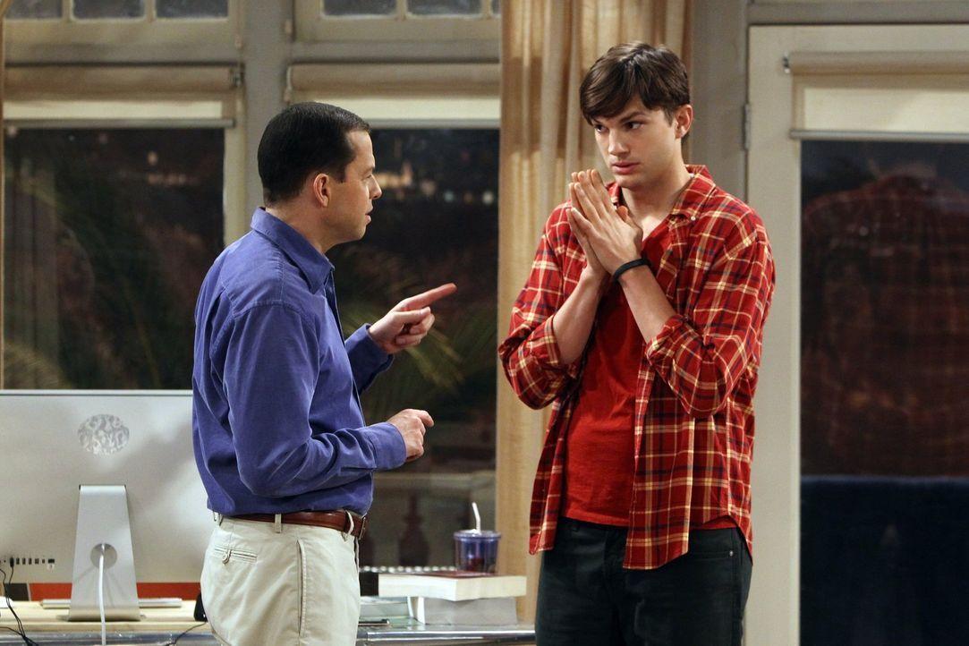 Geraten ins Kreuzfeuer, als Jake seine Freundin mit deren Tochter betrügt: Walden (Ashton Kutcher, r.) und Alan (Jon Cryer, l.) ... - Bildquelle: Warner Brothers Entertainment Inc.