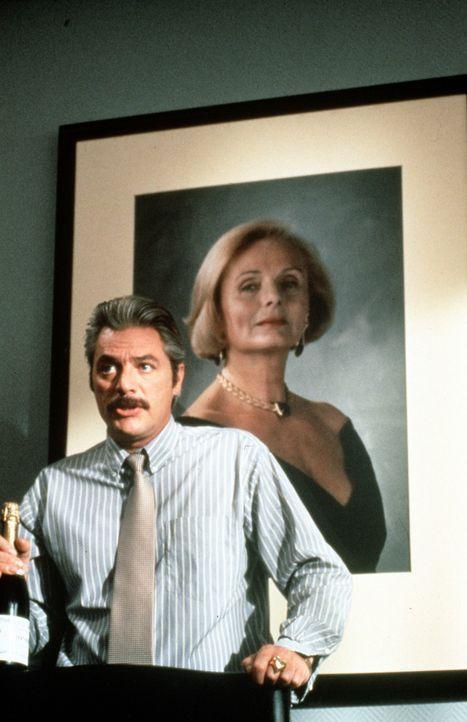 Der fiese Schönheitschirurg Dr. Bayerle (Juraj Kukura) macht alles um das Glück des Liebespaares Otto und Tina zu zerstören ...