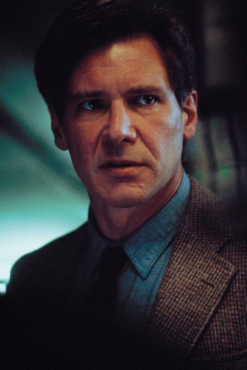 Ist auf der Flucht vor der Polizei, die ihn für den Mörder seiner Frau hält: Dr. Richard Kimble (Harrison Ford) ... - Bildquelle: Warner Brothers International Television Distribution Inc.