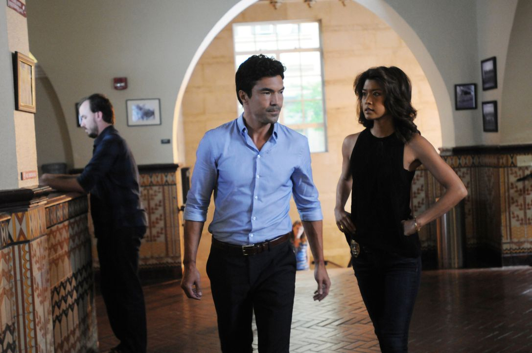 Sind sie in Gefahr, nachdem Adam auf der Flucht von Shiomas Männern zwei von ihnen erschossen hat? Adam (Ian Anthony Dale, M.) und Kono (Grace Park,... - Bildquelle: Norman Shapiro 2015 CBS Broadcasting, Inc. All Rights Reserved