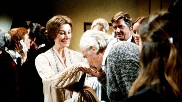 Ganz förmlich begrüßt Sam Walton (Will Geer, 2.v.r.) Hilary von Kleist (Darst...