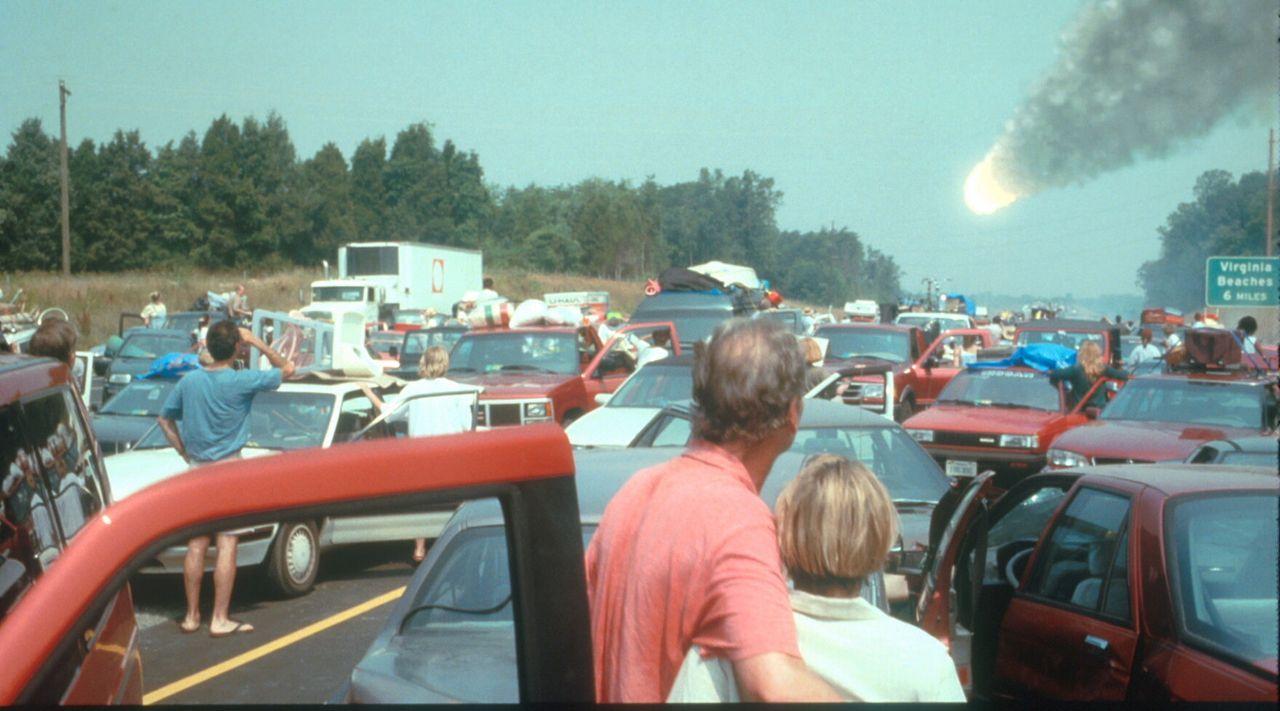 Panik unter den Küstenbewohnern: Der kleiner Kometenteil stürzt in den Atlantik und löst eine gigantische Flutwelle aus ... - Bildquelle: TM+  1998 DreamWorks L.L.C. and Paramount Pictures All Rights Reserved