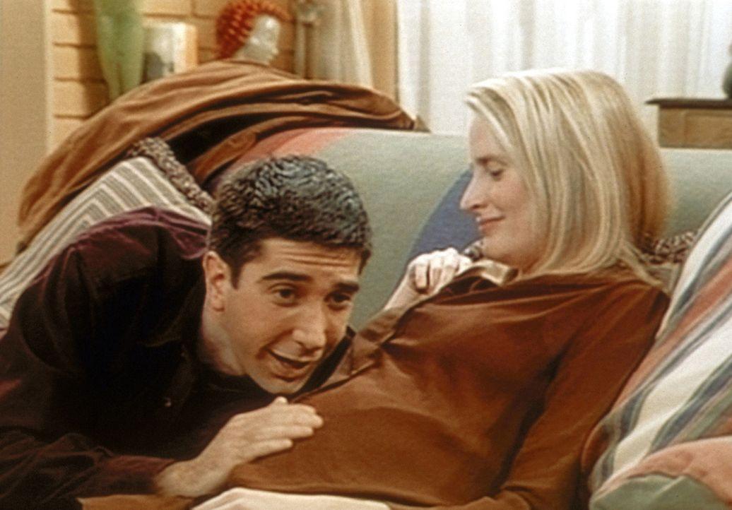 Ross (David Schwimmer, l.) spürt im Bauch seiner inzwischen lesbischen Ex-Freundin Carol (Jane Sibbett, r.) sein Kind strampeln. - Bildquelle: TM+  2000 WARNER BROS.
