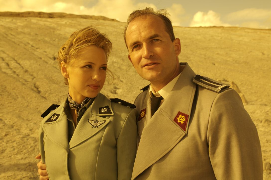 Die Killerkäfer haben telepathische Fähigkeiten entwickelt und machen schon bald Sky Marshal Omar Anoke (Stephen Hogan, r.) und Holly Little (Marnet... - Bildquelle: 2008 Star Troopers (Pty) Limited and ApolloMovie Beteiligungs GmbH. All Rights Reserved.