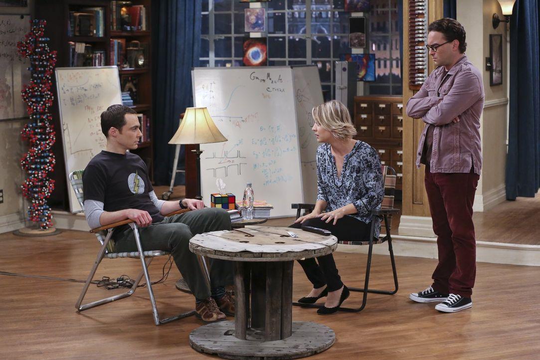 Weil Leonard (Johnny Galecki, r.) bei Penny (Kaley Cuoco, M.) einziehen möchte, fühlt sich Sheldon (Jim Parsons, l.) verletzt und wünscht sich ins J... - Bildquelle: 2015 Warner Brothers