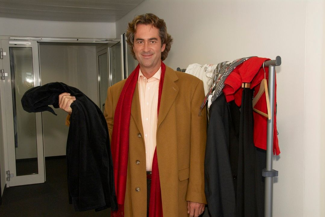 Udo sucht etwas Passendes, um sich bei einer Casting-Agentur zu bewerben. - Bildquelle: Walter Wehner Sat.1