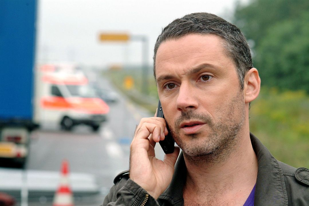 Benno (Denis Petkovic) informiert seine Kollegen über die weitere Vorgehensweise. - Bildquelle: Christoph Assmann Sat.1