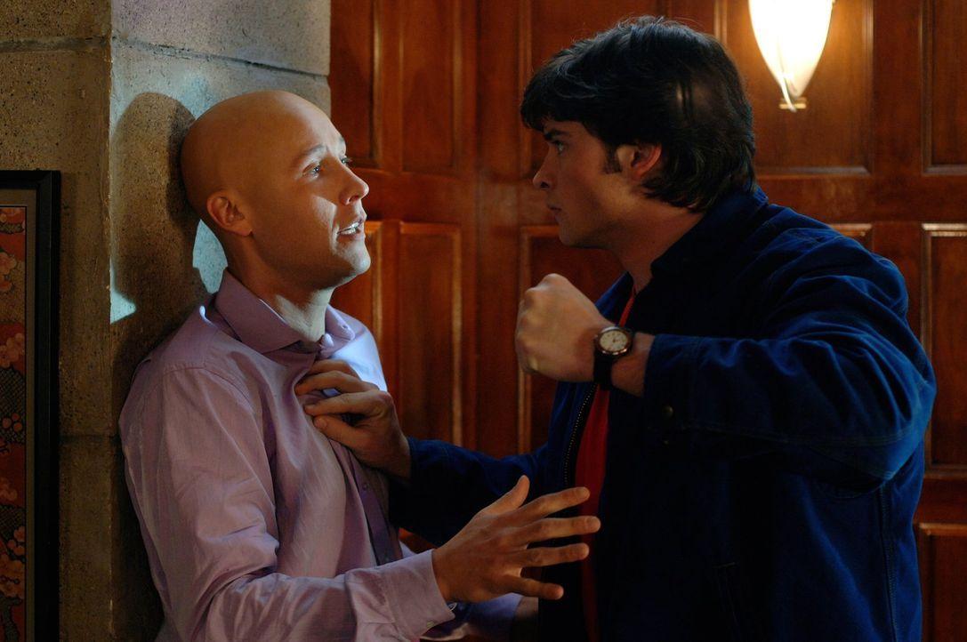 Durch Simones Amulett verzaubert, wird Clark (Tom Welling, r.) fast wahnsinnig. Sie befiehlt ihm Lex (Michael Rosenbaum, l.) zu töten ... - Bildquelle: Warner Bros.