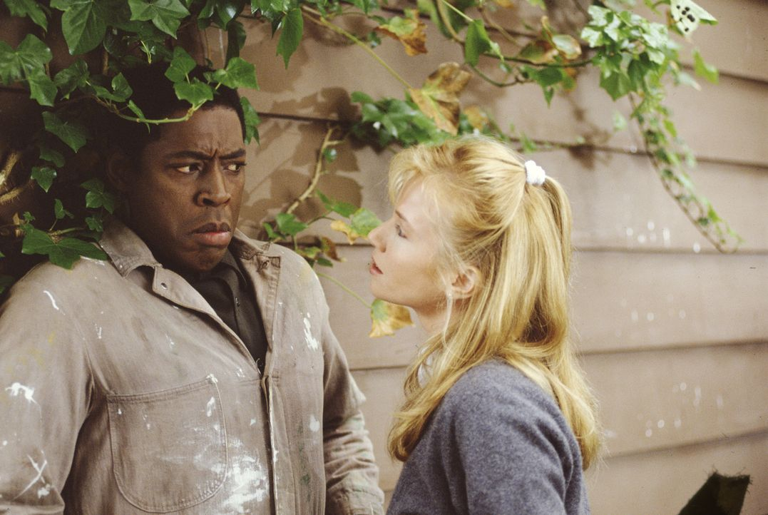 Als Solomon (Ernie Hudson, l.) der skrupellosen Peyton (Rebecca De Mornay, r.) auf die Schliche kommt, setzt diese alles daran ihn zu verunglimpfen... - Bildquelle: Matthew McVay Buena Vista Pictures Distribution, Inc.  All rights reserved/ Matthew McVay