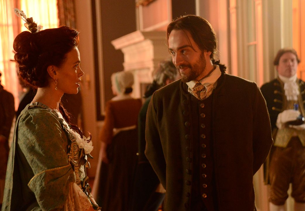 Noch ahnen Katrina (Katia Winter, l.) und Ichabod (Tom Mison, r.) nicht, was sie mit dem Erscheinen des kopflosen Reiters zu tun haben ... - Bildquelle: 2013 Twentieth Century Fox Film Corporation. All rights reserved.