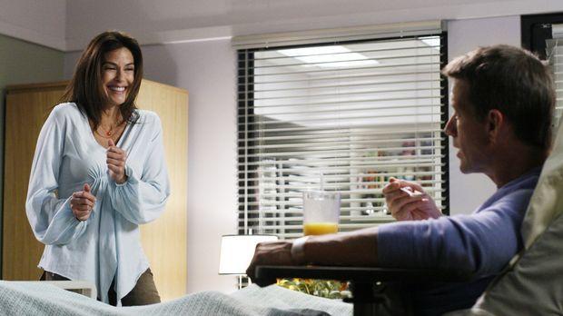 Susan (Teri Hatcher, l.) will Mike's (James Denton, r.) Gedächtnis auf die Sp...