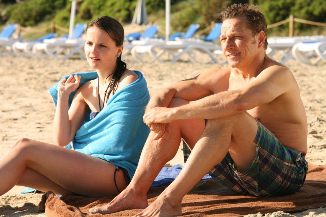 So hatten sich Thilo (Richy Müller, r.) und seine Tochter Sophie (Joanna Ferkic, l.) ihren Urlaub auf Teneriffa nicht vorgestellt: Statt entspannt... - Bildquelle: Volker Roloff SAT.1