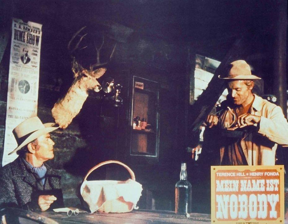 Der alte Revolverheld Jack Beauregard (Henry Fonda, l.) weiß nicht recht, was er von Nobody (Terence Hill, r.) halten soll ... - Bildquelle: Universal Pictures