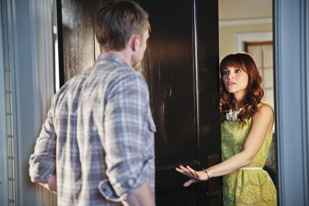 Von den Ratschlägen, die Wade (Wilson Bethel, l.) ihrem Sohn gegeben hat, ist Vivien (Lauren Bittner, r.) alles andere als begeistert ... - Bildquelle: Warner Brothers