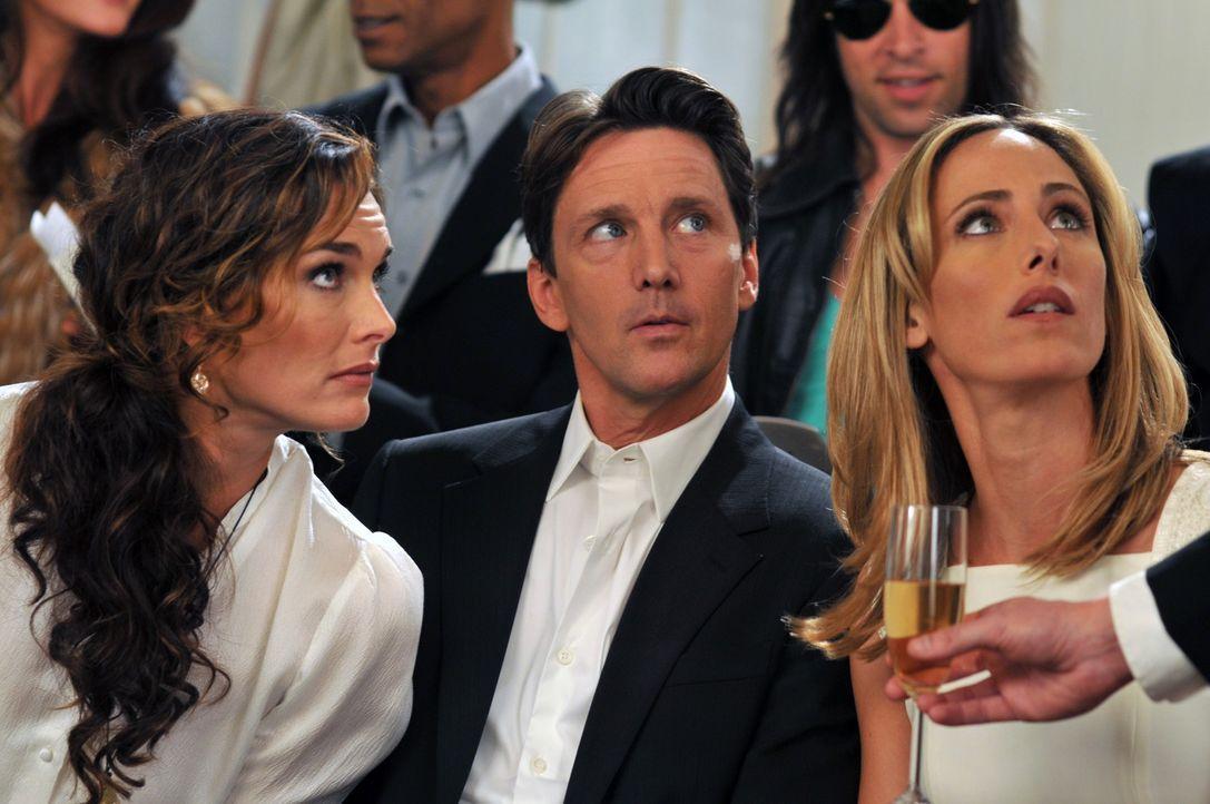 Gespannt nehmen sie an der Eröffnungs-Modenschau von Victorys Flagship-Stores teil: Wendy (Brooke Shields, l.), Nico (Kim Raver, r.) und Joe Bennett... - Bildquelle: NBC, Inc.