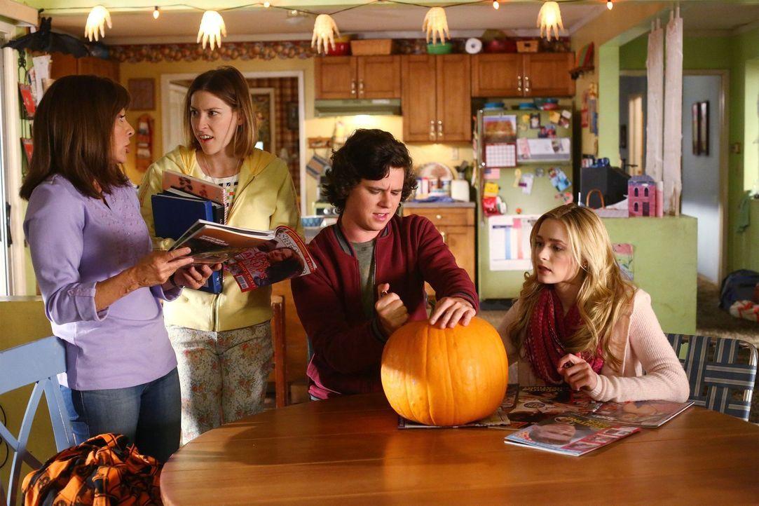 Frankie (Patricia Heaton, l.) ist zu tiefst getroffen, als sie erfährt, dass ihre Kinder im Falle einer Trennung nicht bei ihr leben wollen würden.... - Bildquelle: Warner Bros.