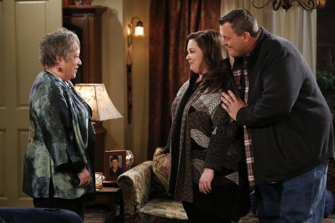 Mike (Billy Gardell, r.) freut sich, dass er der beeindruckenden Kay (Kathy Bates, l.), der Jugendfreundin seiner Mutter, endlich seiner Frau Molly... - Bildquelle: Warner Brothers