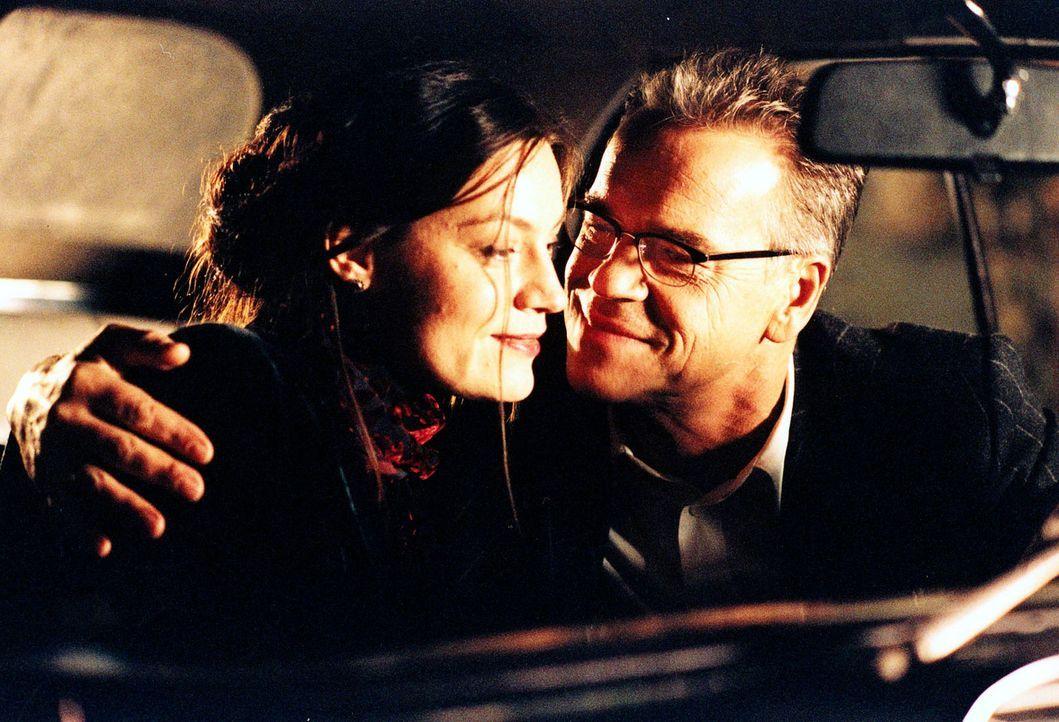 Wolff (Jürgen Heinrich, r.) glaubt, dass sein Plan, sich inkognito das Vertrauen von Dagmar Jochmann (Marion Mitterhammer, l.) und ihrer Schwester E... - Bildquelle: Djampour Sat.1