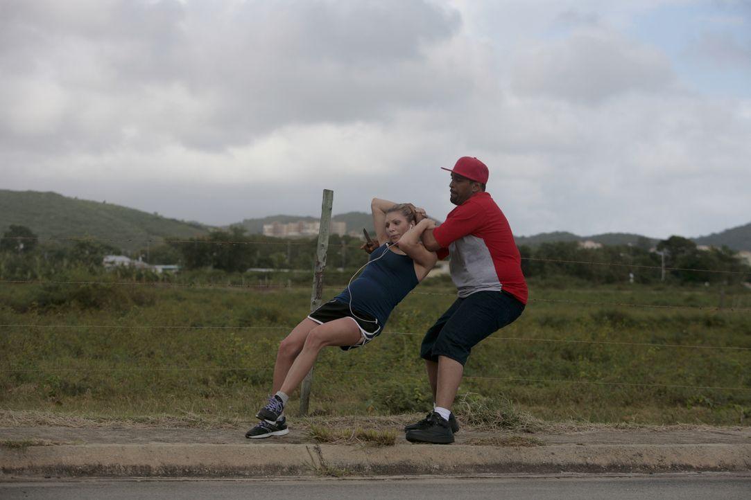 Entführt: Die schwangere Sara (l.) wird beim Joggen in ihrem Urlaub von einem Unbekannten (r.) entführt. Was wird mit ihr geschehen? - Bildquelle: Laura Magruder Cineflix 2013