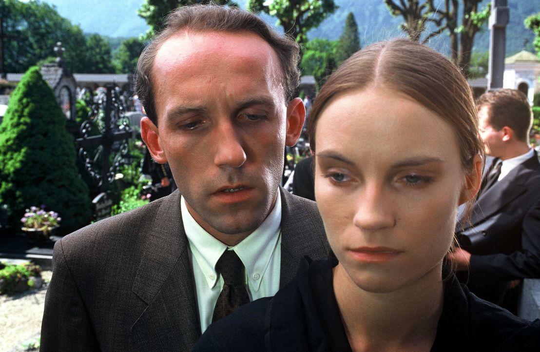 Bei der Beerdigung ihres verunglückten Vaters konfrontiert Stockinger (Karl Markovics, l.) Amelie (Laura Knise, r.) mit den Beobachtungen des schrul... - Bildquelle: Huber Sat.1