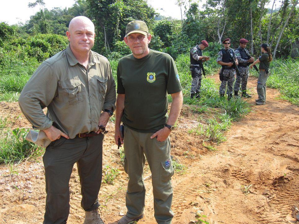 Der Klimawandel schreitet unaufhaltsam voran. Ross Kemp (l.) besucht den Amazonas, ein Gebiet, in dem die Umweltverschmutzung drastisch betrieben wi... - Bildquelle: Tiger Aspect Productions 2010