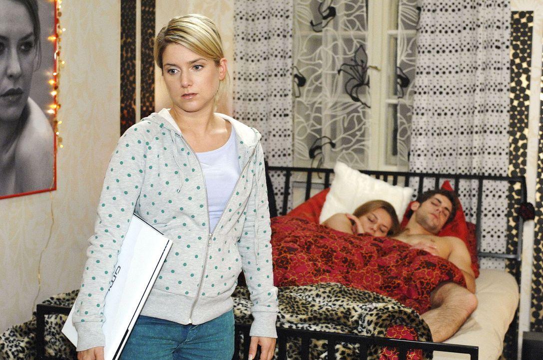 Anna gelingt es, die Laptops zurückzutauschen und unbemerkt aus Katjas Zimmer zu entkommen. v.l.n.r.: Anna (Jeanette Biedermann), Katja (Karolina Lo... - Bildquelle: Oliver Ziebe Sat.1