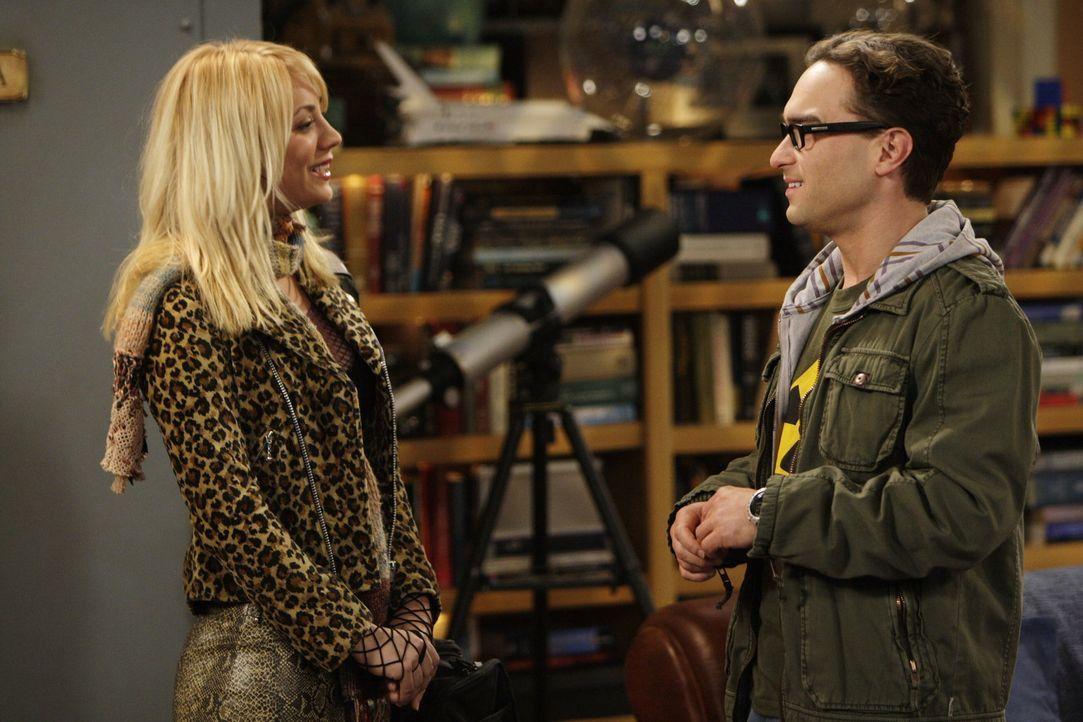 Noch ahnen Sheldon und Leonard (Johnny Galecki, r.) nicht, was sie mit ihrer Lüge bei Penny (Kaley Cuoco, l.) anrichten ... - Bildquelle: Warner Bros. Television