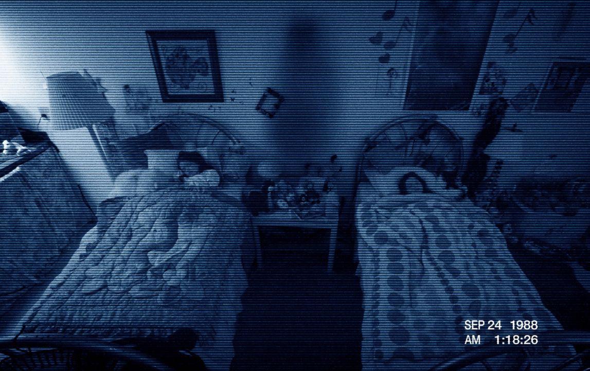 Angelockt von den Schwestern Katie (Chloe Csengery, r.) und Kristi (Jessica Tyler Brown, l.), beginnt ein Dämon sein teuflisches und undurchsichtige... - Bildquelle: 2011 Paramount Pictures. All Rights Reserved.